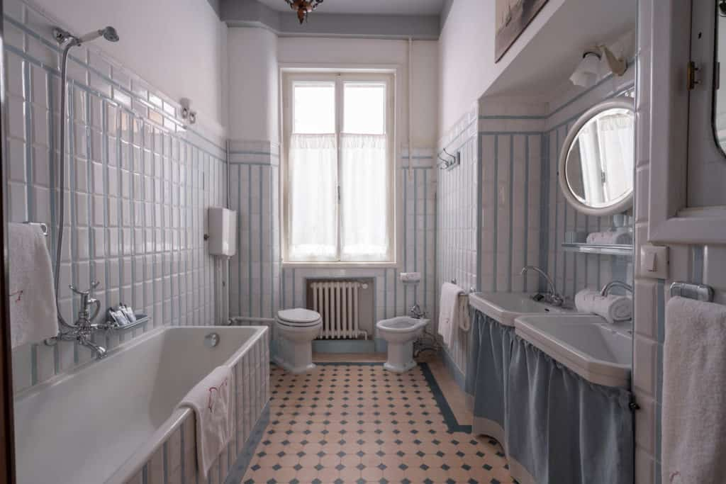 Large bathroom with bath tub and vintage furnishing - Accademia 2 Apartment