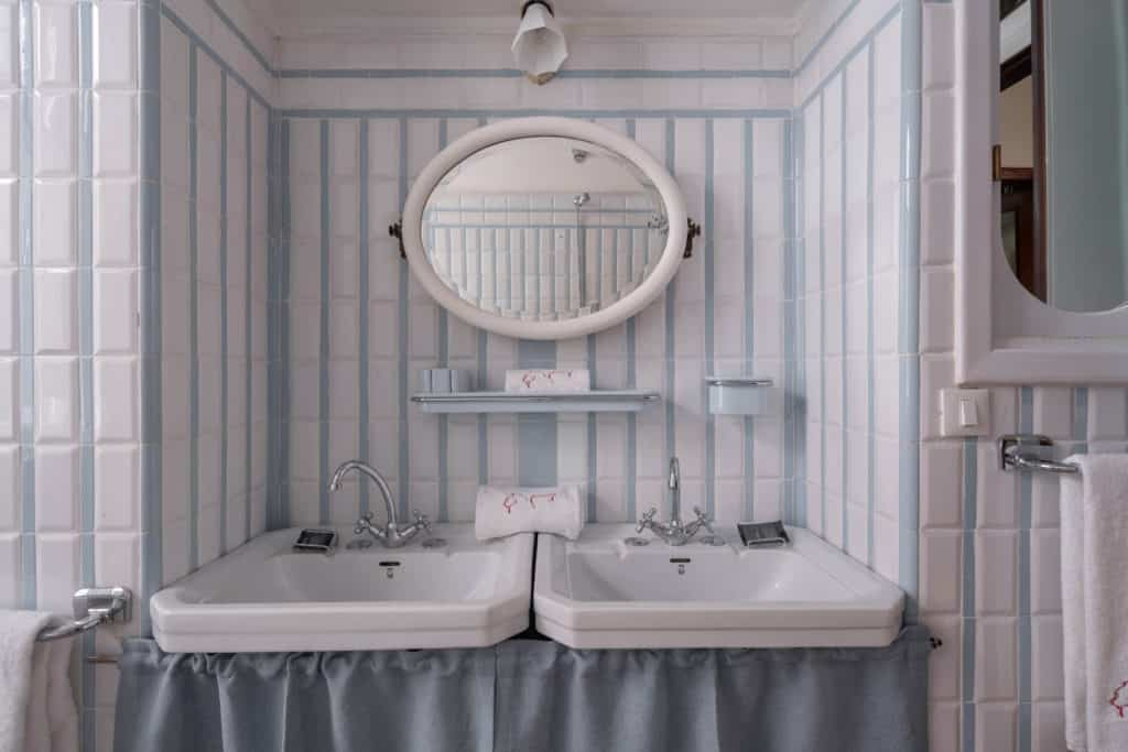 Detail of the two vintage sinks - Accademia 2 Apartment