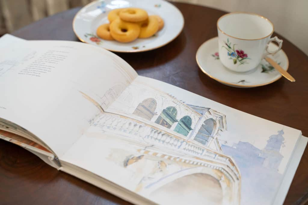 Breakfast table with a sketchbook with Rialto - Rental Apartment in Venice