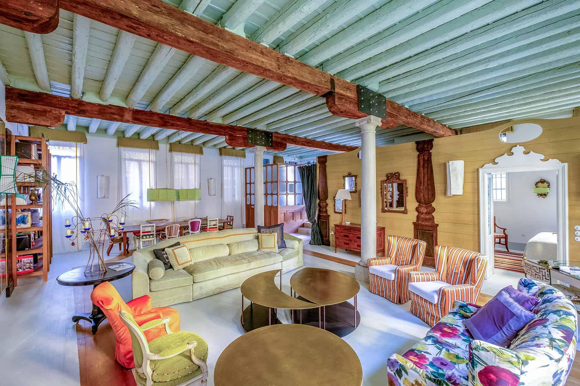 Grande salle vénitienne rénovée et meubles modernes – Appartement design à Venise