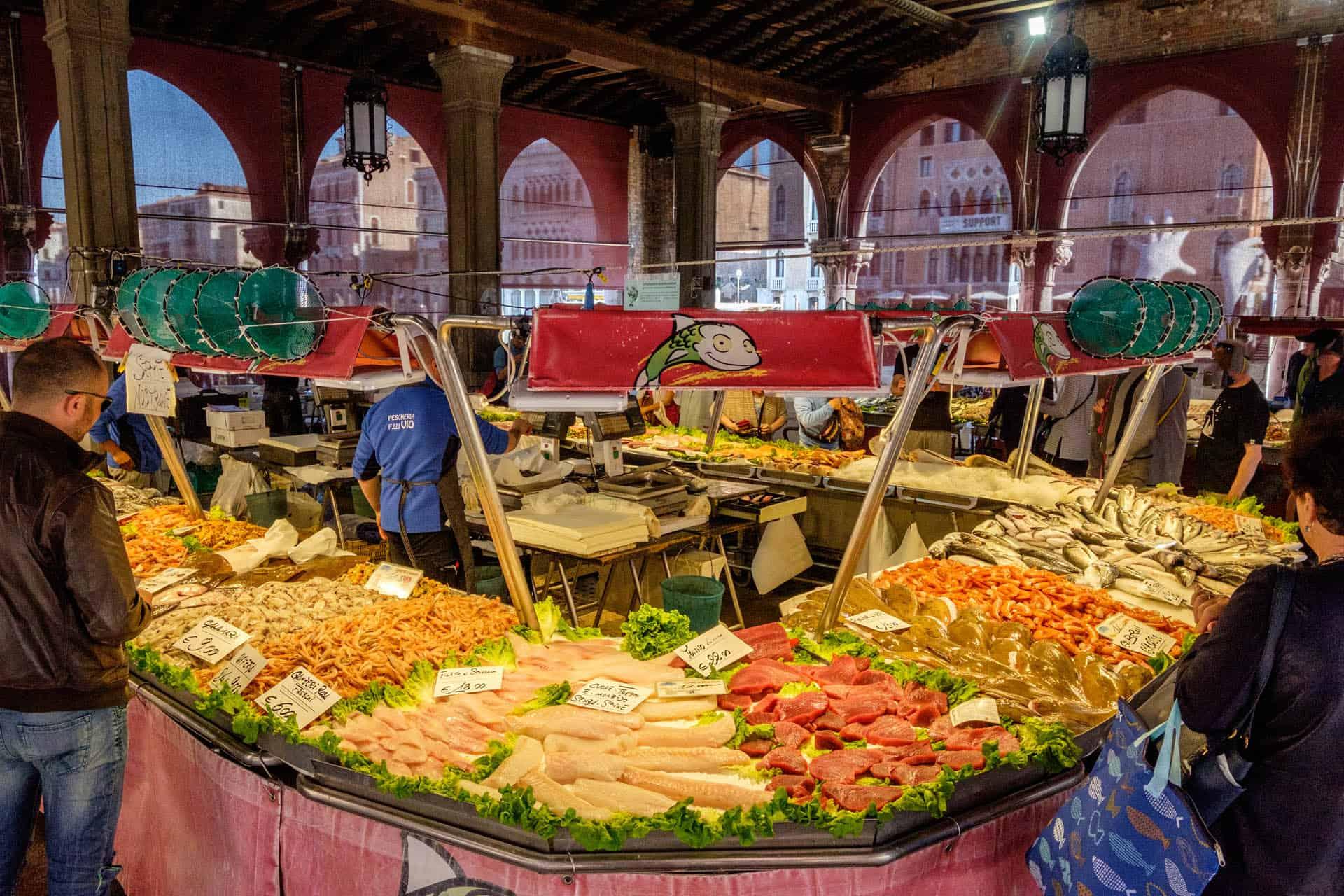 Marché aux poissons à Rialto sur le Grand Canal – Expérience vénitienne authentique