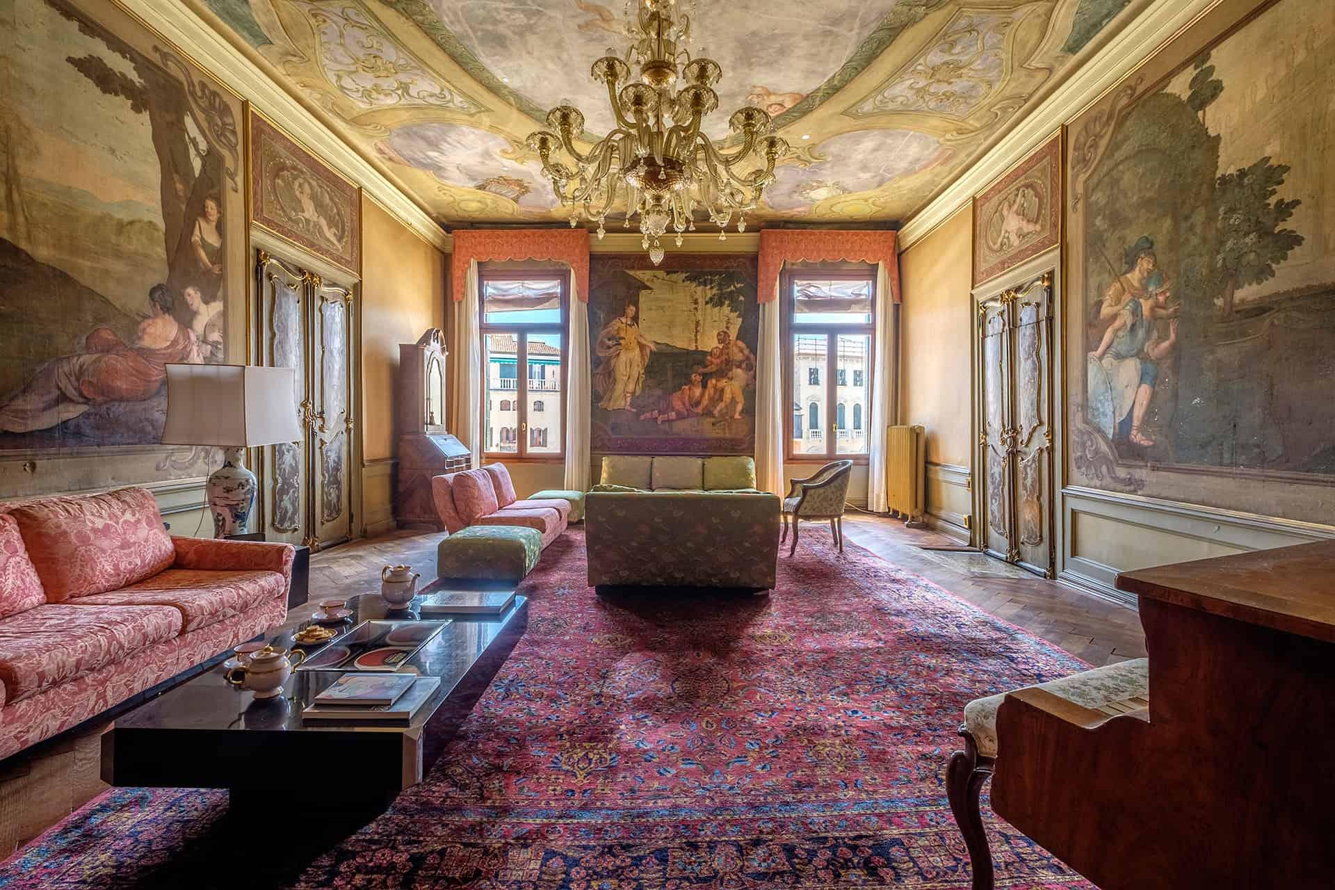 Salon vénitien avec fresques et lustres – Appartement de luxe à Venise