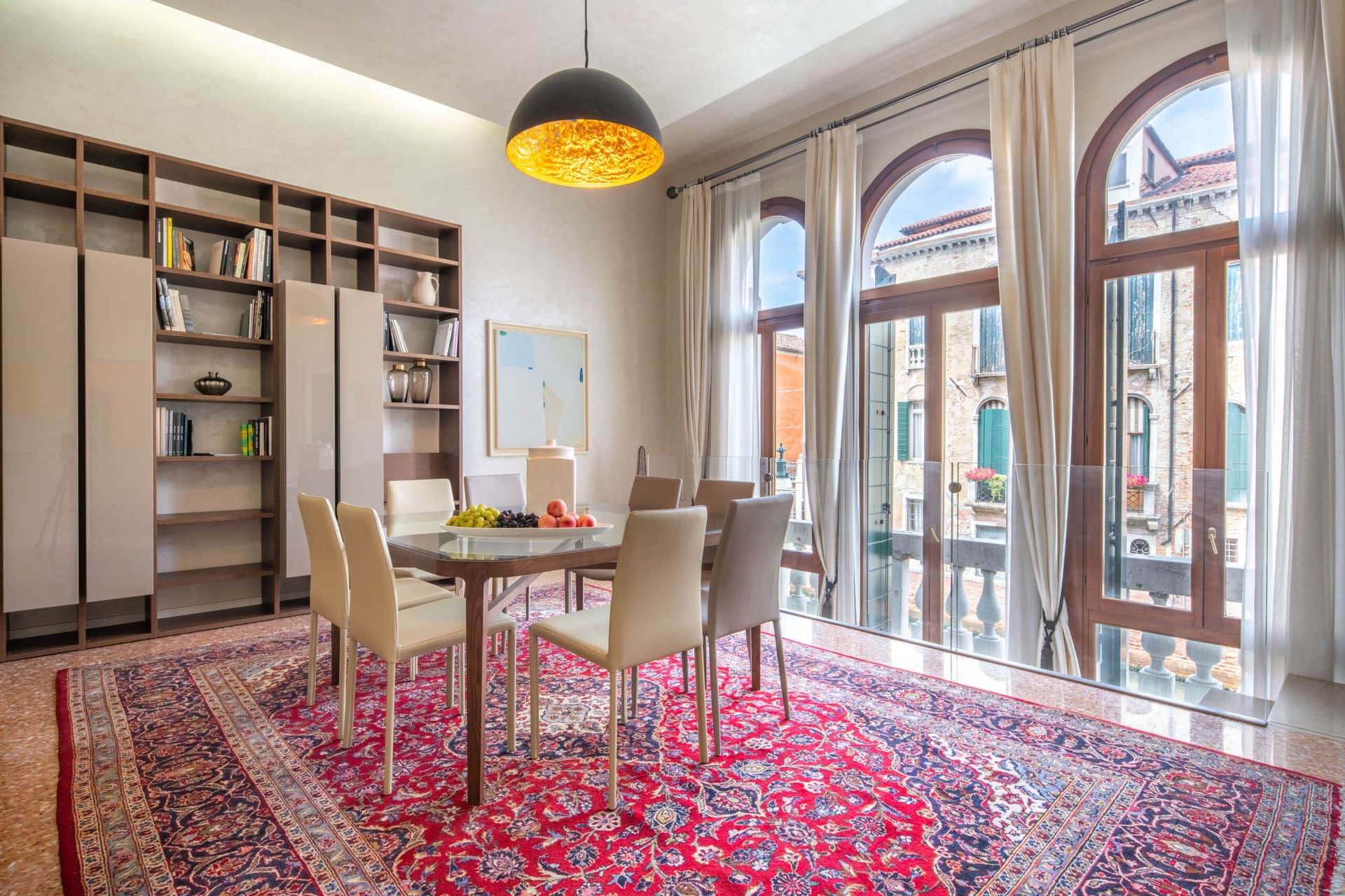 Lightful dining room with balcony with canal view - San Nicolò Canal View Apartment